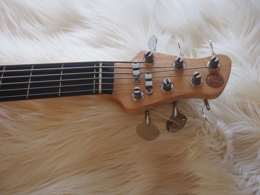 The headstock features lollipop tuners for retro look and feel!