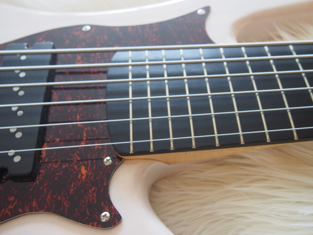 The deep lower cutaway gives perfect access to the 24 frets on the neck.